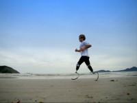 Filme retrata a vida de Pauê, o único surfista biamputado do mundo