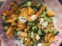 Salada de melão Cantalupe, pepino e queijo Feta