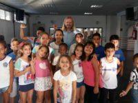 Projeto de cineasta ensina as crianças com arte