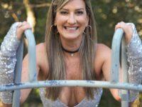 30 anos sem Chacrinha – Entrevista com a ex-chacrete Regina Polivalente,  homenageia os trinta anos sem Chacrinha e revive look sensual aos 54 anos.