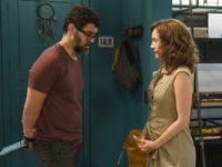 Gabriela tenta propor projeto para ONG, mas conversa com Rafael acaba em desentendimento.