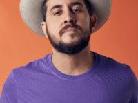 """Suricato, artista ganhador do Grammy Latino 2015 e  vocalista do Barão Vermelho, lança seu terceiro disco """"Na mão as flores"""" no Rio e SP"""