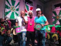 Ivo Meirelles homenageia músicos do Molejo e entrega troféu 'Surdo Um', em referência à bateria da Mangueira
