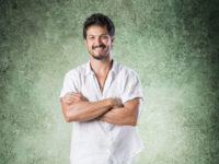 """Rômulo Estrela fala sobre seu desenvolvimento em Bom Sucesso: """"Não é só o personagem, são as relações que mudam"""""""