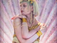"Música: A Cantora Norueguesa Aurora Acaba de Lançar ""Exist For Love"", seu Novo Single"