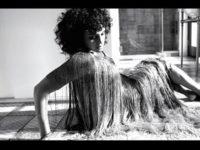 """Música: Norah Jones acaba de lançar """"Pick Me Up Off The Floor"""", sétimo álbum de estúdio da carreira solo da artista"""