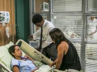 Totalmente Demais – Recuperada do coma, Dorinha assume identidade da irmã e vai à revista dar ordens