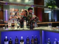 """""""Bar Aberto"""", primeiro reality de coquetelaria do Brasil, apresentado por Laura Vicente e Marcio Silva, amanhã (14) no Multishow"""